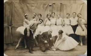 Cecchetti au centre avec à sa gauche Leonid Massine. Répétition des Ballets russes de Diaghilev.